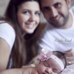 Anne baba ile yenidoğan bebek fotoğrafı