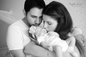Bebeği öperken fotoğrafı