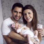 Aile ile yeni doğan bebek fotoğrafı