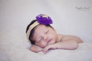 Taçlı yeni doğan bebek fotoğrafı