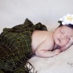 Örgü çiçek taçlı bebek fotoğrafı