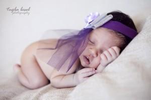 Mor tül taçlı bebek fotoğrafı