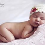 Çiçekli başlıklı bebek fotoğrafı