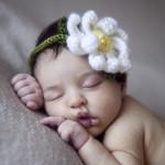 Çiçekli yeni doğan bebek fotoğrafı