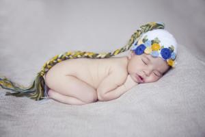 Başlıklı yeni doğan bebek fotoğrafı