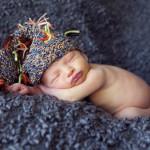 Kukuletalı yeni doğan bebek fotoğrafı