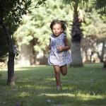 Koşan Kız Çocuk Fotoğrafı