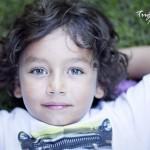 Çimende Erkek Çocuk Fotoğrafı