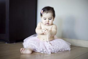 Kolyeyle oynayan bebek fotoğrafı