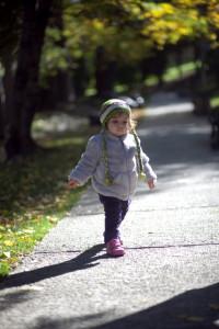 Parkta yürüyen çocuk fotoğrafı