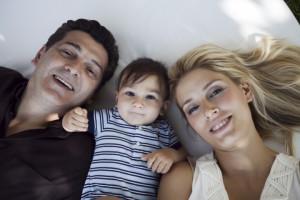Anne baba bebek yatarken fotoğraf