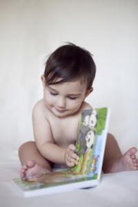 Kitap okuyan bebek fotoğrafı