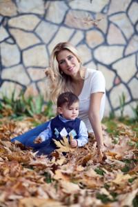 Sonbaharda anne çocuk fotoğrafı