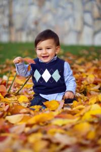 Sonbahar yaprakları arasında bebek fotoğrafı