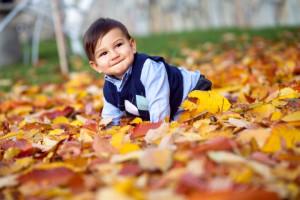 Sonbahar yaprakları arasında 1 yaş fotoğrafı