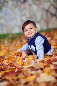 Sonbaharda bebek fotoğrafı