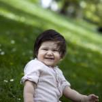 Çimenlerde çocuk fotoğrafı