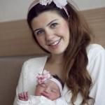 Yeni doğan bebek anne fotoğrafı