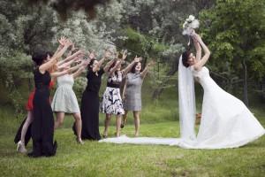 Düğünde çiçek atma fotoğrafı