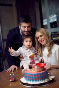 1 yaş pastası ile aile fotoğrafı