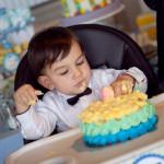 Pasta yiyen 1 yaş bebek fotoğrafı