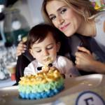 Pasta yiyen bebek ve annesi fotoğrafı