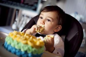 Pasta yiyen bebek fotoğrafı