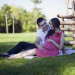 Çimenlerde hamile fotoğrafı