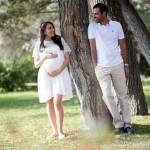 Beyaz elbiseli hamile anne fotoğrafı