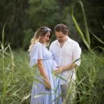 Doğada hamile anne ve baba fotoğrafı