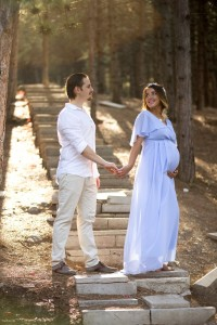 Merdivenlerde hamile anne ve baba fotoğrafı