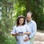 Bebek ayakkabılı hamile fotoğrafı