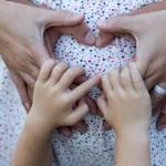 Ellerle kalp hamile fotoğrafı