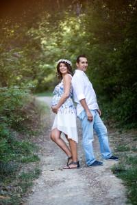Ağaçlar arasında hamile fotoğrafı
