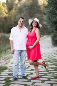 Kırmızılı hamile anne ve baba fotoğrafı