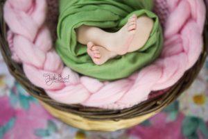Sepette bebek ayakları fotoğrafı