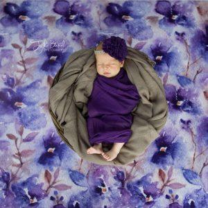Mor taçlı bebek fotoğrafı