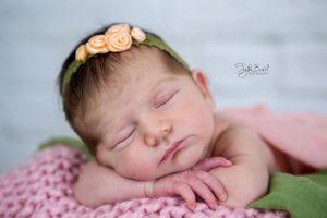 Taçlı bebek yeni doğan fotoğrafı