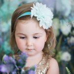 Çiçeğe bakan çocuk fotoğrafı