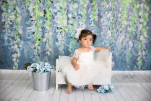 yatakta 1 yaş kız çocuk fotoğrafı