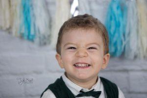papyonlu gülen çocuk fotoğrafı